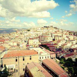 Υπάρχει μία πόλη στην Ιταλία που σε πληρώνουν για να ζήσεις εκεί