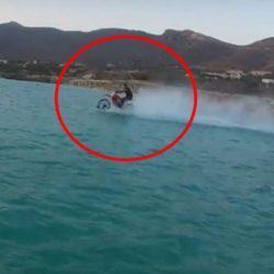 Κρητικός «σερφάρει» στην θάλασσα με την… μηχανή του!