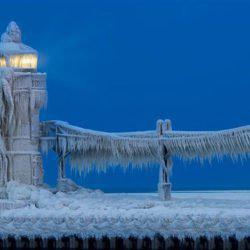 Οι παγωμένοι φάροι της λίμνης Μίσιγκαν!