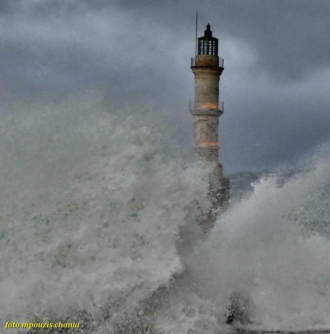 Πελώρια κύματα σκεπάζουν το Ενετικό λιμάνι στα Χανιά