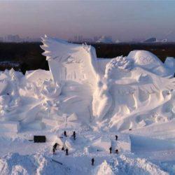 Eντυπωσιακό γιγάντιο γλυπτό από χιόνι για τους Ολυμπιακούς του Πεκίνου (video)
