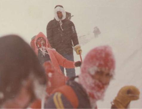 """Φωτογραφία ντοκουμέντο: Σάββατο 24 Δεκεμβρίου 1979, απόγευμα στο """"Λαιμό της Σκούρτας"""". Η ομάδα έχει ήδη χάσει δύο από τα μέλη της. Οι υπόλοιποι συνεχίζουν την δραματική πορεία προς τη σωτηρία τους ενώ η χιονοθύελλα μαίνεται ακόμα"""