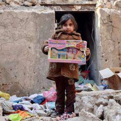 «Είναι ένα κοριτσάκι με το παιχνίδι της»: Η Μοσούλη αναζητά τους νεκρούς της μέσα στα χαλάσματα