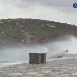 Κύματα «έπνιξαν» το λιμάνι της Νάξου και την Πορτάρα