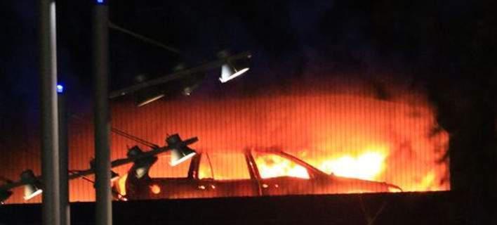 Λίβερπουλ: Τεράστια πυρκαγιά σε πάρκινγκ κατέστρεψε 1.600 αυτοκίνητα [βίντεο]