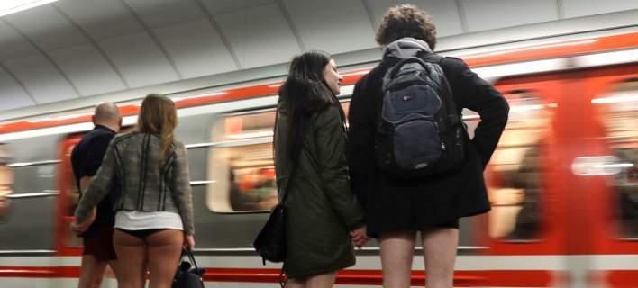 Παγκόσμια Ημέρα χωρίς Παντελόνι: Επιβάτες μπαίνουν στο μετρό μόνο με εσώρουχα [εικόνες]