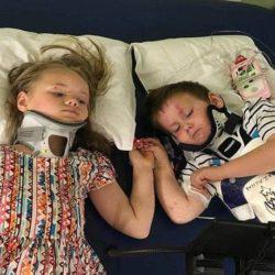 Ορφανά αδέρφια κρατιούνται χέρι χέρι για πρώτη φορά μετά τον θάνατο των γονιών τους