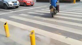Στην Κίνα τιμωρούν τους πεζούς που περνούν το κόκκινο φανάρι με… ψεκασμό!