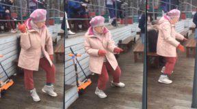 """Η γιαγιά χορεύει με το κομμάτι """"Sweet Dreams"""""""