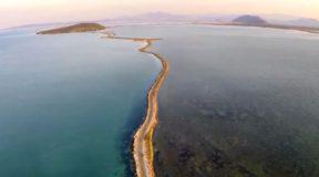 Πού βρίσκεται το πανέμορφο ψαροχώρι της Ελλάδας όπου έζησε ο Όσιος Ονούφριος και αναπαράγονται οι αργυροπελεκάνοι;