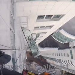 Τζάμι 380 κιλών έπεσε από ουρανοξύστη!