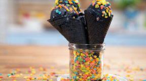 """Απαγορεύτηκε στην Νέα Υόρκη το διάσημο """"Mαύρο παγωτό"""" – Mπορεί να προκαλέσει αφυδάτωση & δυσκοιλιότητα"""
