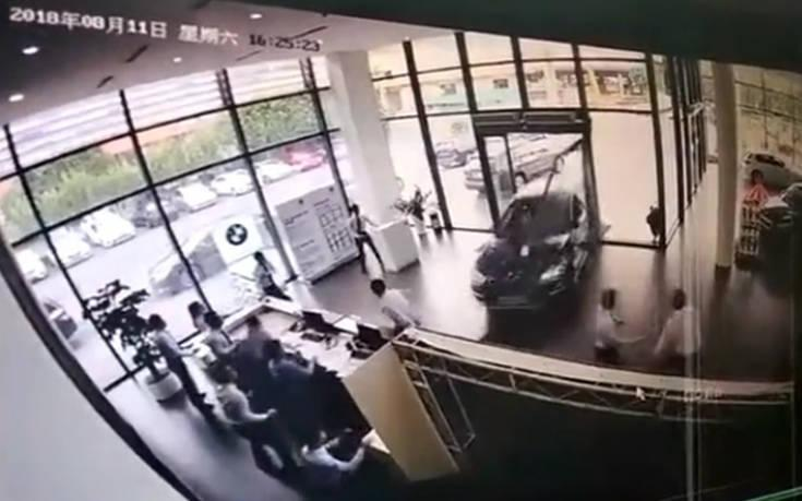 Γυναίκα οδηγός μπερδεύει το γκάζι με το φρένο και τα κάνει λαμπόγυαλο