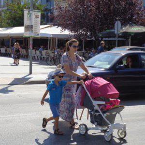 Η ελληνική πόλη χωρίς φανάρια: Οι οδηγοί «κοκαλώνουν» τα οχήματα μόλις δουν πεζό