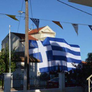 «Σκέπασε» το σπίτι του με ελληνική σημαία 140 τ.μ.