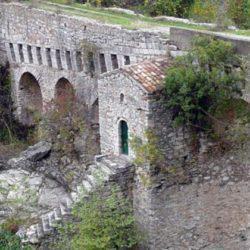 Γέφυρα Καρύταινας: Το ιστορικό πέτρινο γεφύρι που κοσμούσε το Πεντοχίλιαρο (Βίντεο)