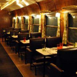 Το «τρένο στο Ρουφ»: Το μοναδικό τρένο στον κόσμο που είναι εστιατόριο και θέατρο, βρίσκεται στην Αθήνα