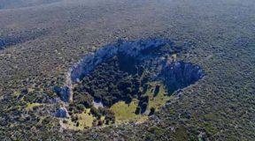Μυστηριώδης κρατήρας στη Βοιωτία διχάζει τους επιστήμονες