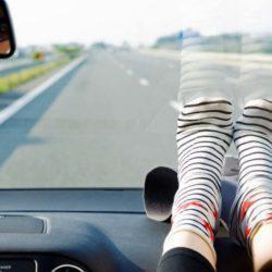 O τρομακτικός λόγος για να μην βάζεις τα πόδια σου στο ταμπλό του αυτοκινήτου