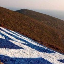 Τεράστια ελληνική σημαία ζωγράφισαν σε βουνό οι κάτοικοι των Οινουσσών