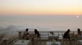 Σε αυτό το εστιατόριο τρως ανάμεσα στα σύννεφα. Και βρίσκεται στην Ελλάδα!
