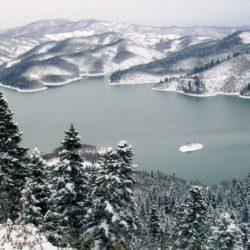 Η απαράμιλλη χειμωνιάτικη ομορφιά της χιονισμένης Λίμνης Πλαστήρα σε ένα υπέροχο βίντεο