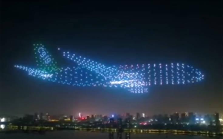 800 Drones σχηματίζουν αεροπλάνο στον ουρανό