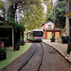 Ζαχλωρού: Ένα χωριουδάκι-κόσμημα και ένα τρένο που κάνει την ομορφότερη διαδρομή