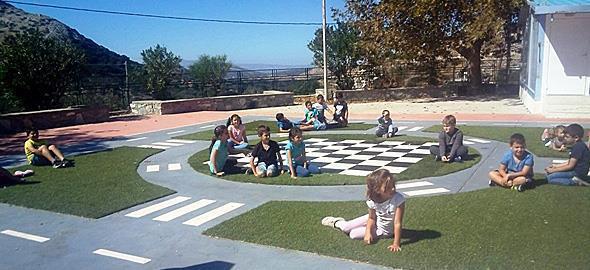 Το ωραιότερο σχολικό προαύλιο με επιδαπέδια παιχνίδια βρίσκεται στη Νάξο!