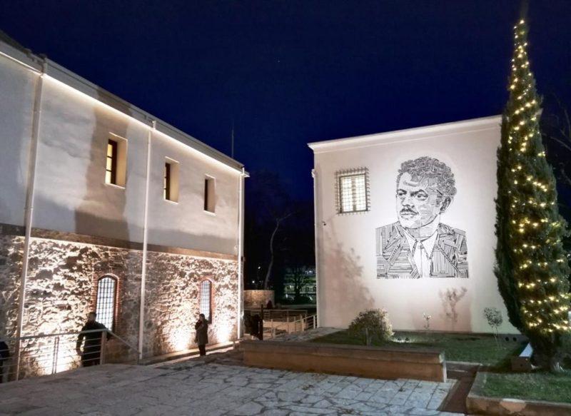Τρίκαλα: Ένα μεγάλο ψηφιδωτό του Βασίλη Τσιτσάνη κοσμεί το Μουσείο Τσιτσάνη